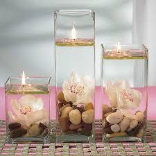 Flydende lys med sten og blomst