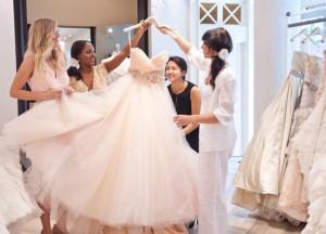 Hvem skal med dig ud og prøve brudekjoler?